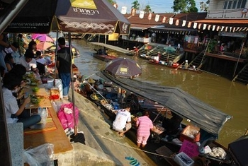 9774376-view-on-amphawa-floating-market-early-in-the-morning-with-boat-sailing-in-thailand-on-6-febr