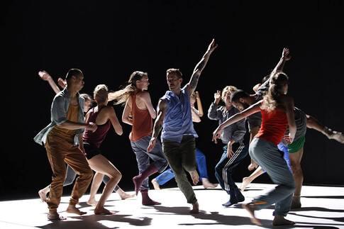 L'image contient peut-être: 1 personne, sur scène, danse, chaussures et plein air