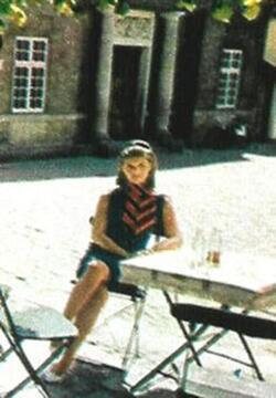 Printemps 1966 : Une écharpe tricolore pour la Reine des français !