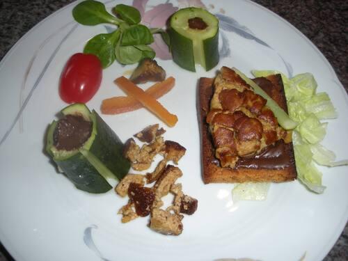 foie gras sur lit chocolat noir et pain d'épice . courgettes fourrées chocolat et petite salade ...sa vinaigrette . tomate cerise ...