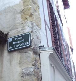 Vers la Place Bernard de Lacarre