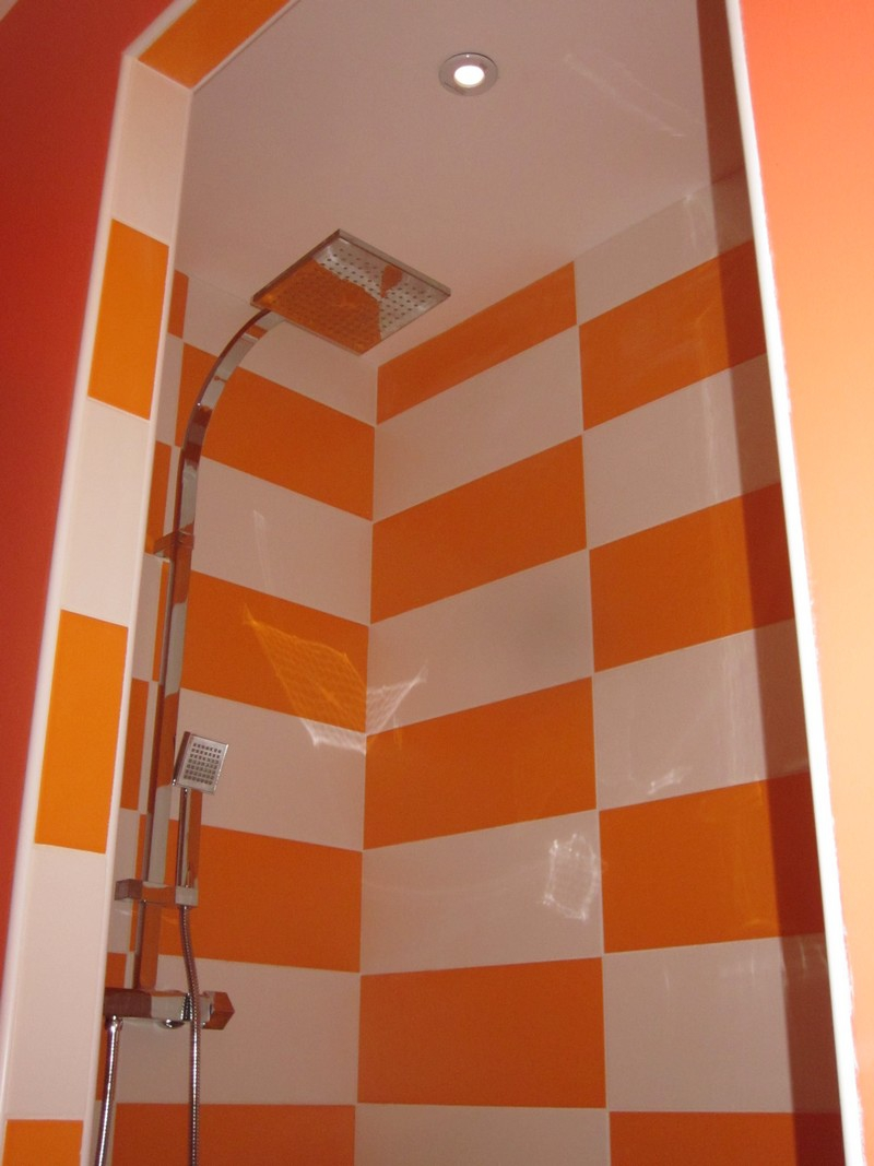 Stunning salle de bain orange et blanc contemporary for Faience salle de bain motif