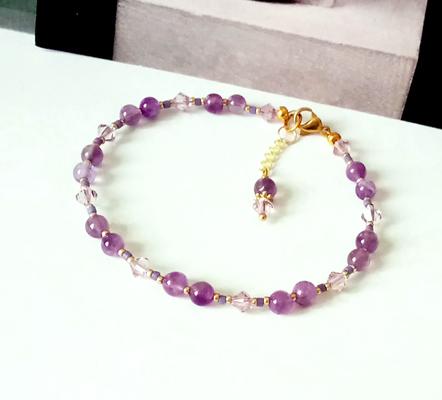 Bracelet pierre Améthyste 4mm et cristal de Swarovski mauve clair / laiton doré