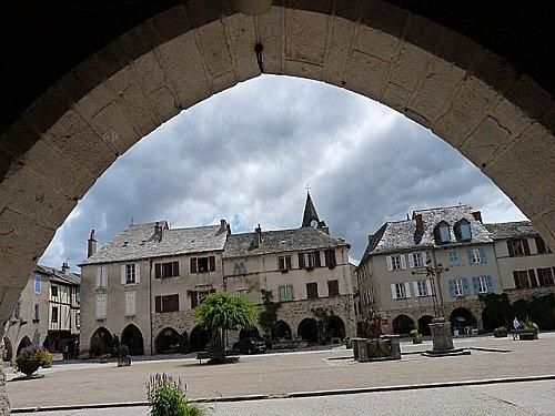 SAUVETERRE-sur-la-place.jpg