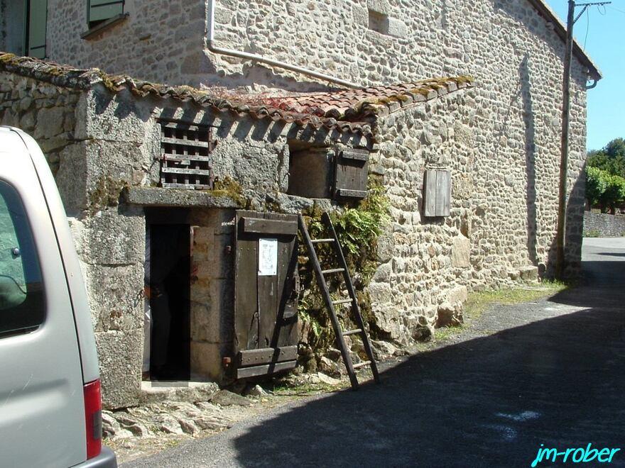 Montrol Sénart «Un village rural du limousin (2) qui évoque encore un passé rural authentique datant du début du XXe Siècle.