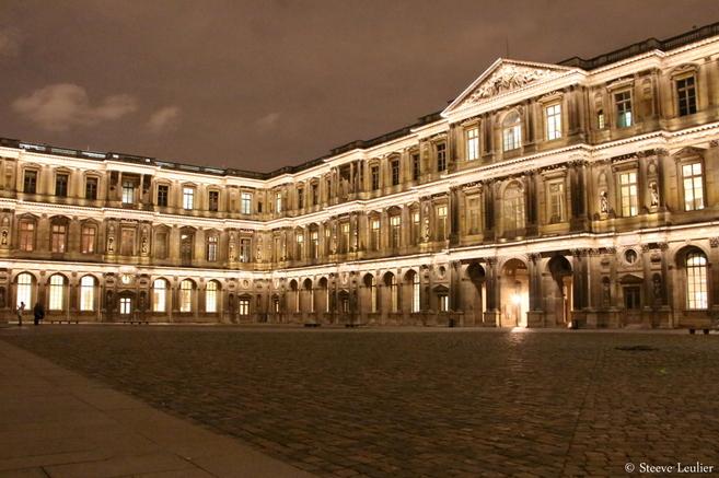 La cour carrée du Louvre de Nuit