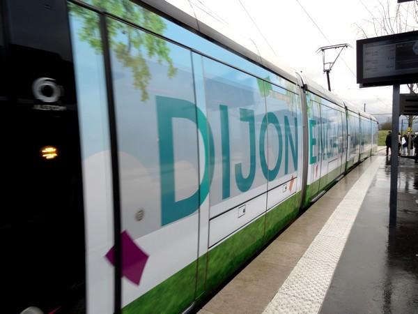 Durant la COP21, un tram de Dijon a pris de belles couleurs...