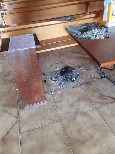 Une personne malintentionnée a mis le feu à une table.