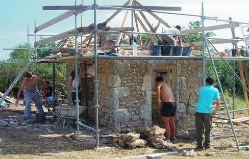 Restauration d'une loge de vigne, au Blanc, par les jeunes du Relais BIJ en juillet 2014
