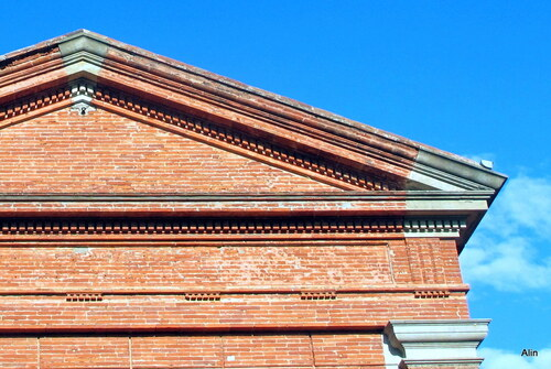 Haut de façade en brique de terre cuite