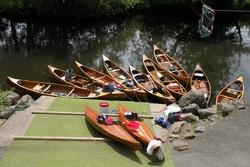 """4° CAPRICORNE """"UN GROUPE EQUIPE UN CANOE AVANT UNE SORTIE SUR L'EAU """""""