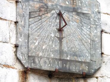 Auppegard - Eglise Saint-Pierre (XVIe-XVIIe s.) - Cadran solaire (XVIIe s.) Inscription latine :Dies