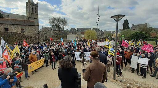 La  journaliste Morgane Large (de dos) devant des centaines de personnes réunies à Rostrenen (Côtes d'Armor) pour la soutenir.