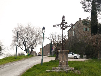 """Le parking au pied de la """"Croix de Mission"""""""
