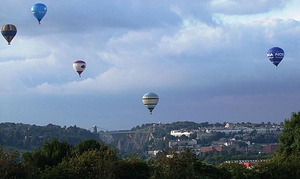 800px-Balloonsoversuspensionbridge