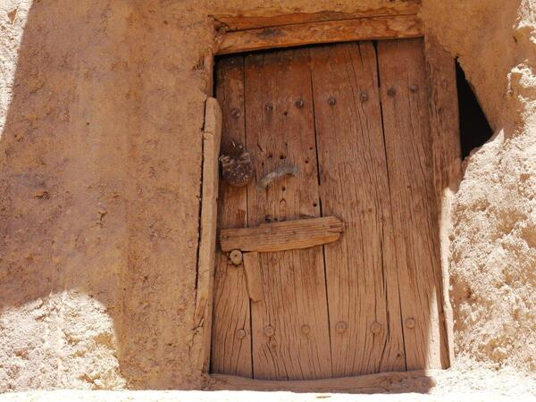 La porte  d'une case avec sa serrure antique...