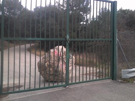 grilles fermées d'accès au logis d'anne