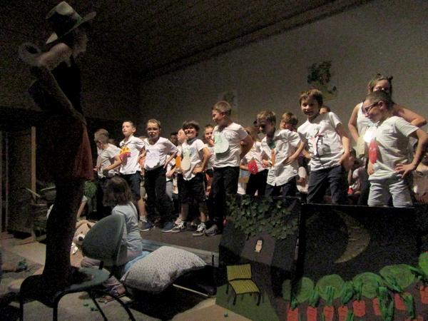 """L'école Saint-Bernard a présenté son spectacle musical """"J'aime pas les p'tits pois""""..."""