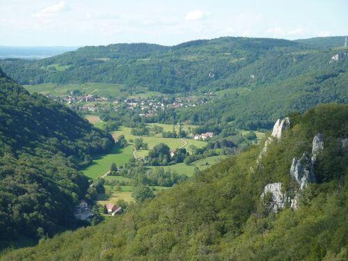 (39) Près d'Arbois, dans le cirque du fer à cheval, la reculée et la grotte des Planches-près-Arbois.