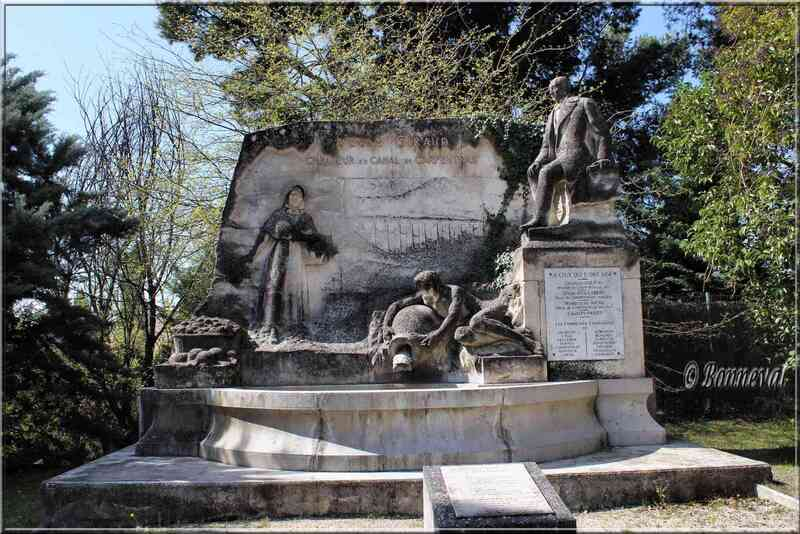 Fontaine du Monument Giraud Pernes-les-Fontaines Vaucluse