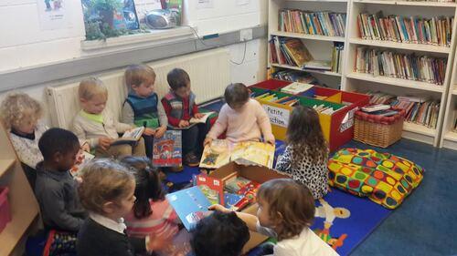 Les enfants de petite section captivés par les livres de Noël !