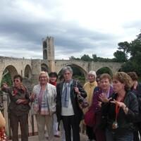 Guide-Local-et-groupe-devant-le-pont-medieval