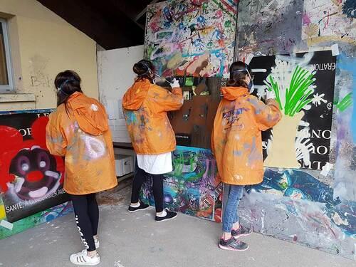stage graff avec les 28 jeunes de la classe de troisieme du college de Sérignan (34) Réalisation d'une oeuvre collective sur le mur du tennis club. Mai 2018