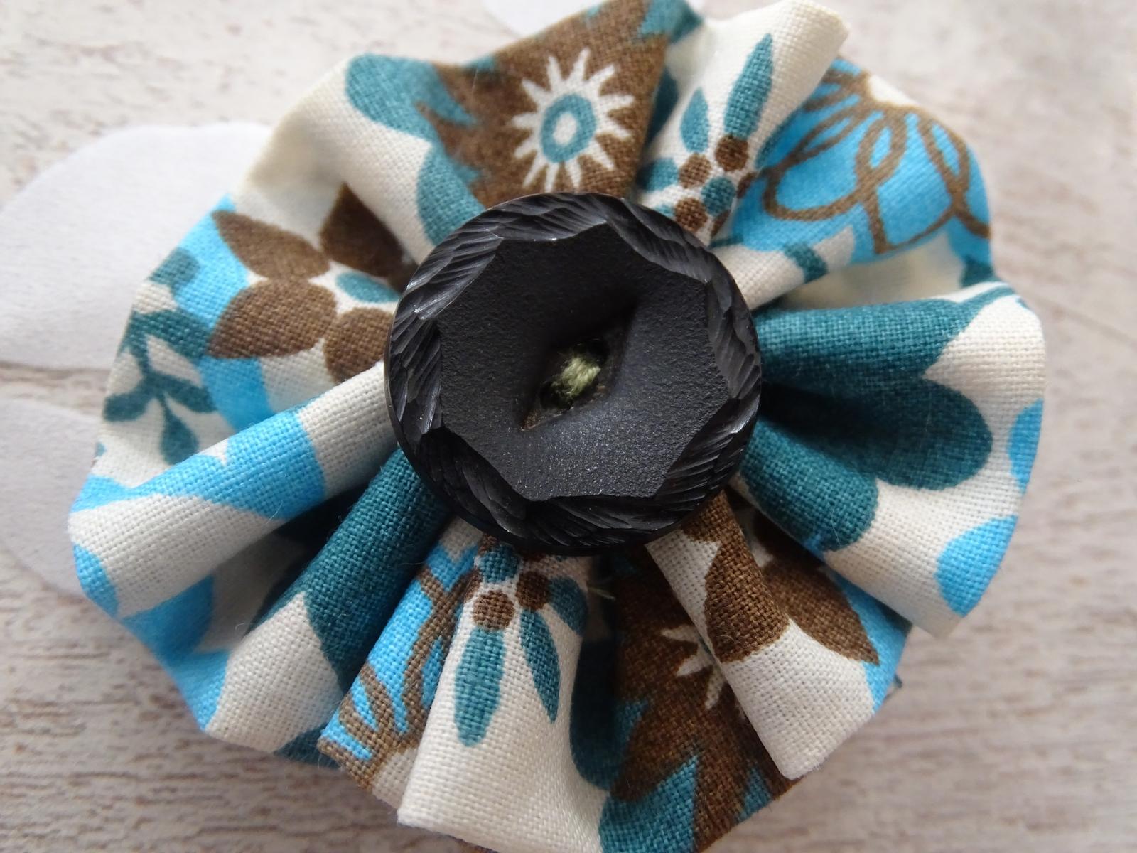 que faire avec des chutes de tissu des fleurs le. Black Bedroom Furniture Sets. Home Design Ideas