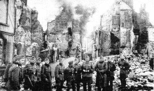 Des soldats allemands photographiés devant les ruines