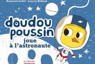 Doudou poussin joue à l'astronaute-couverture
