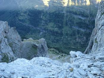 A mi-hauteur, le sentier de la faja de Pelay. Tout en bas, le sentier au fond du canyon