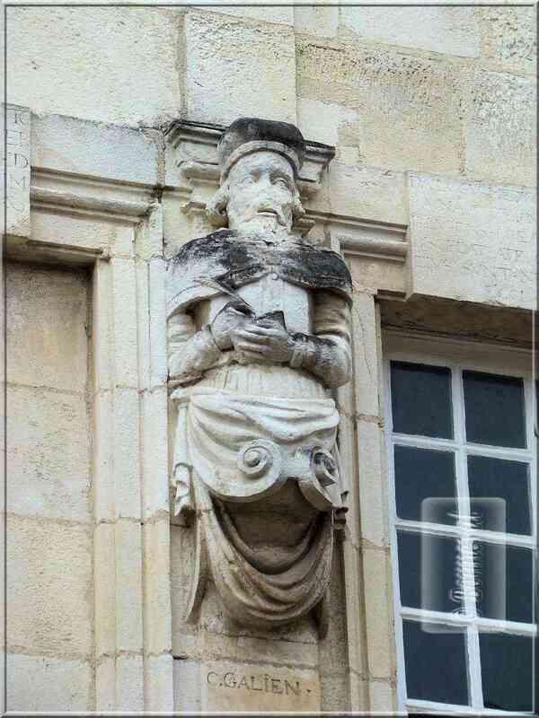 La Rochelle rue Nicolas Venette statue de Galien