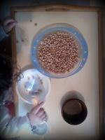 transvasement activité occuper montessori bébé bambin jouer calme riz pâtes motricité fine jeu
