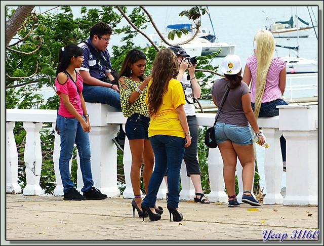 Blog de images-du-pays-des-ours : Images du Pays des Ours (et d'ailleurs ...), Pendant notre attente du taxi, un groupe prend place sur l'allée qui borde le Canal - Panama City