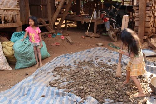 Le village katu Ban Kok Phoung Neua