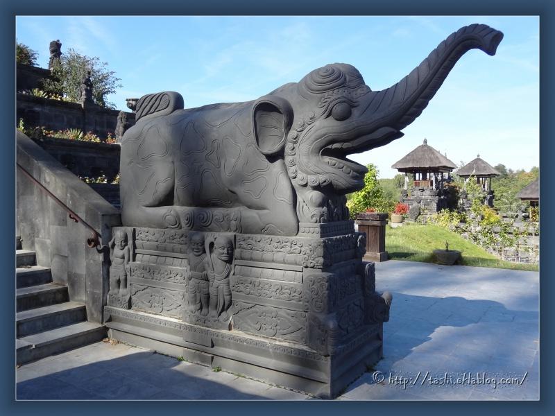 Entrée du temple balinais à Pairi Daeza...