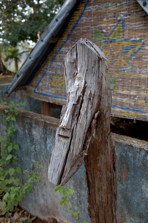 chez les JARAI : la maison funéraire
