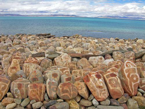 Sur les bords du lac Manasarovar, des pierres sculptées de mantras.