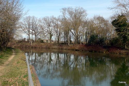 Canal du Midi : un pont canal ancien ....