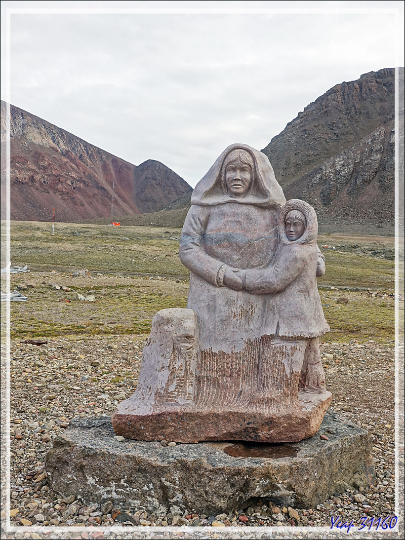 Le monument du souvenir de la déportation - Grise Fiord (ᐊᐅᔪᐃᑦᑐᖅ ou Aujuittuq) - Ellesmere Island - Nunavut - Canada