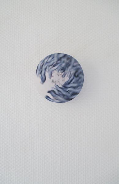 3 petits tours-série bleue-détail installation mobile et sonore-galerie la plage-cajarc-véronique grandjacques-papier de soie-graines de pavot et de nivelle de damas-2014
