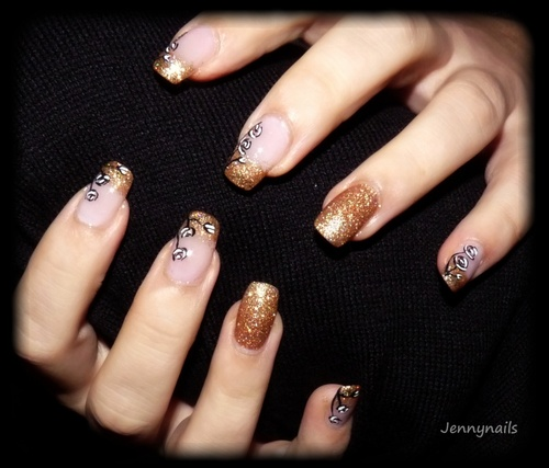 - Nail art - Black & white roses