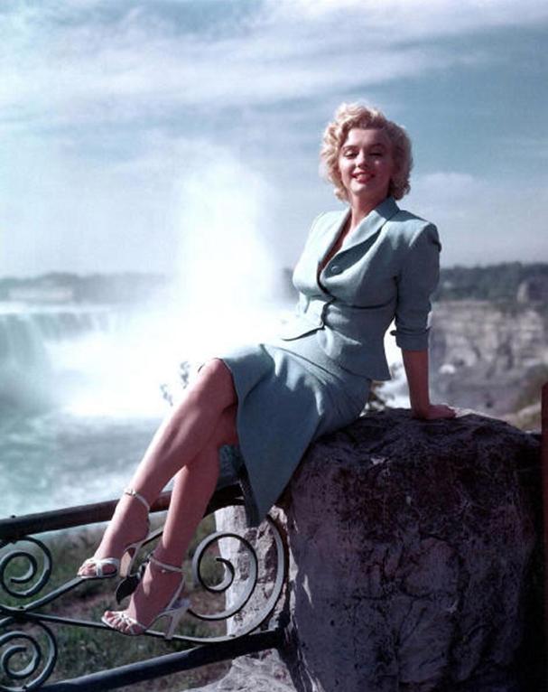 NOUVELLE ANNEE avec la Belle Marilyn Merci à Edward