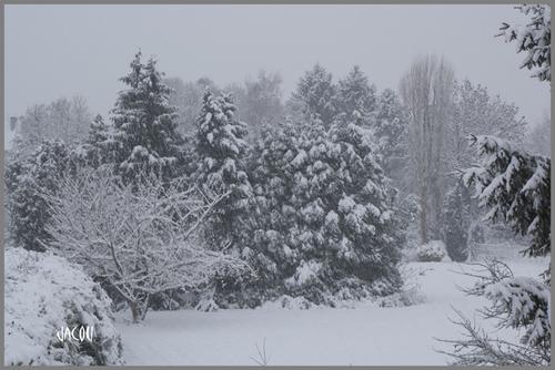 - tempête de neige sur le village