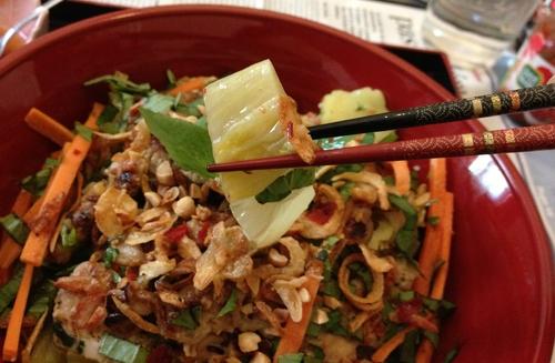 BÚN THÍT NÚÔNG - Bol de vermicelles avec porc grillé à la citronnelle et coriandre, pickles de légumes, cacahuètes, oignons frits et basilic thaï en sauce Núoc Cham