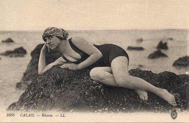 Jeune femme en maillot de bain