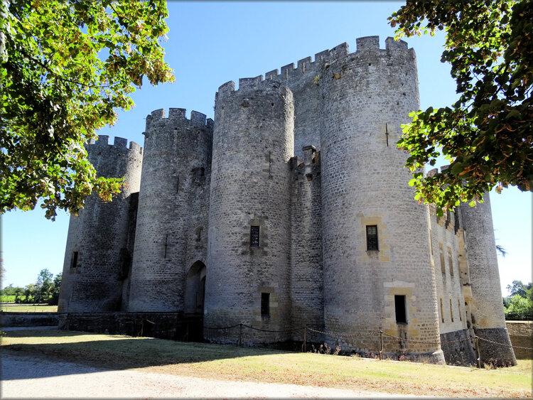 Coté médiéval du château de Roquetaillade (Gironde)