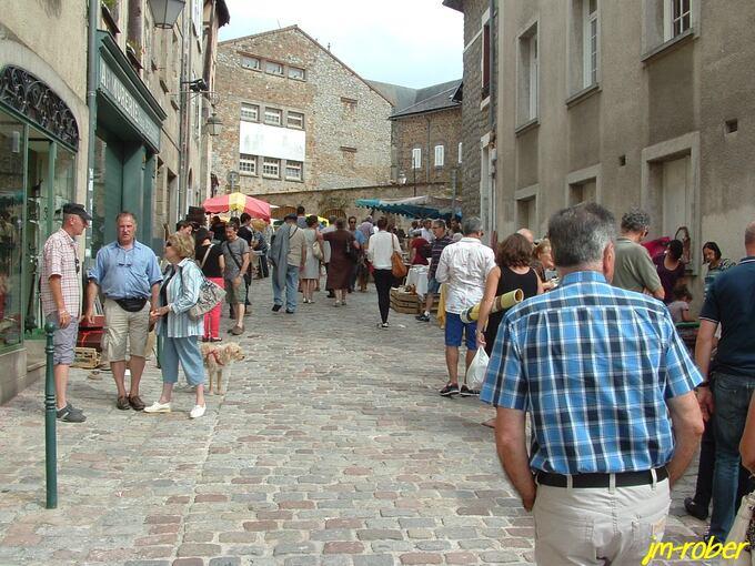 Limoges: Le déballage aux alentours de sa cathédrale pour la 36ème grande foire à la Brocante