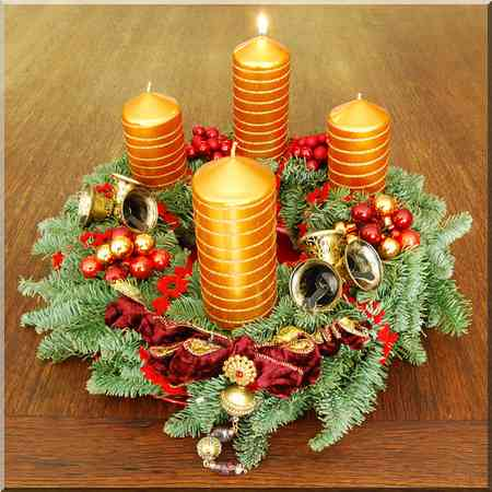 L'Avent couronne de Noël avec les quatre bougies, une par semaine