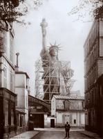 Statue à la rue de Chazelles, Paris